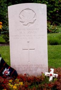 Gravestone of Sergeant Howard Arnold Jones, aged 21