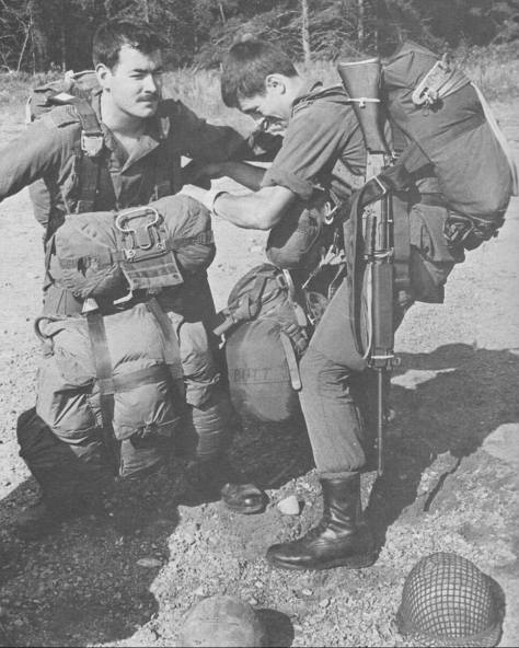 scott-patterson-l-and-doug-butt-on-airborne-indoctrination-course-83-02